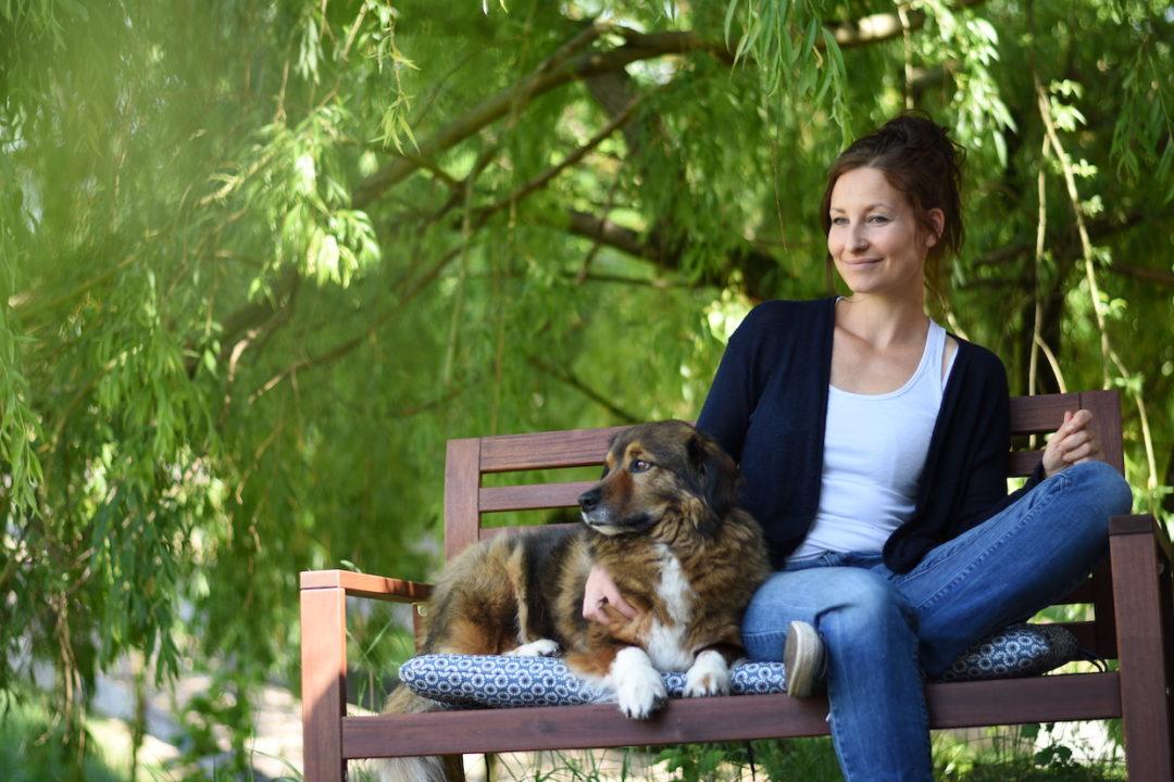 Vanessa begleitet Tierhaflter nach dem Tod ihres Tieres aus der Trauer.